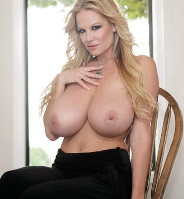 PHOTO | 04 2 e1511323557927 370x400 - THE LEGEND, Kelly Madison, Whips Out her EPIC Breasts!