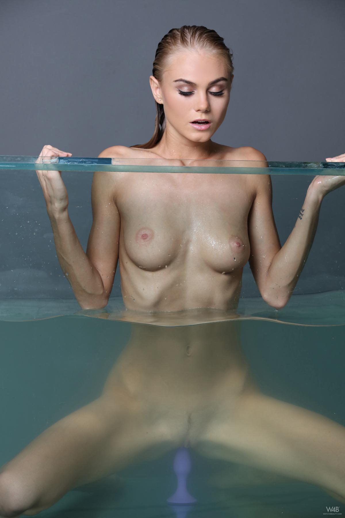 PHOTO   00 47 - Nancy A Masturbating in Aquarium