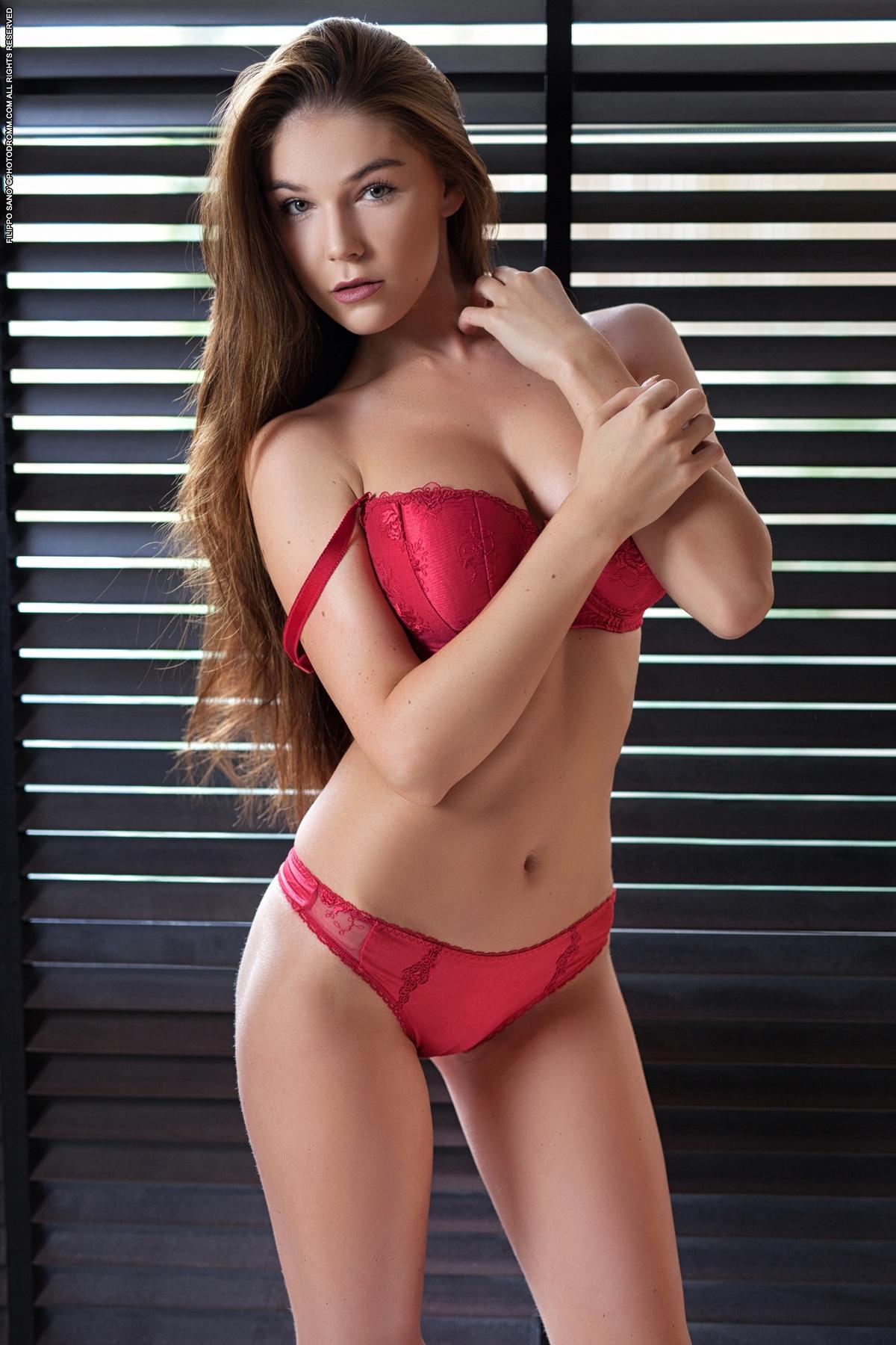 PHOTO   00 435 - Incredibly Hot Busty Angel Loraine