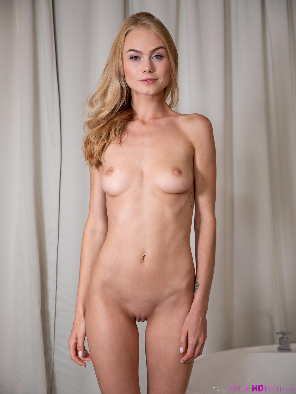 PHOTO | 00 51 - Nancy A - After Shower Porn