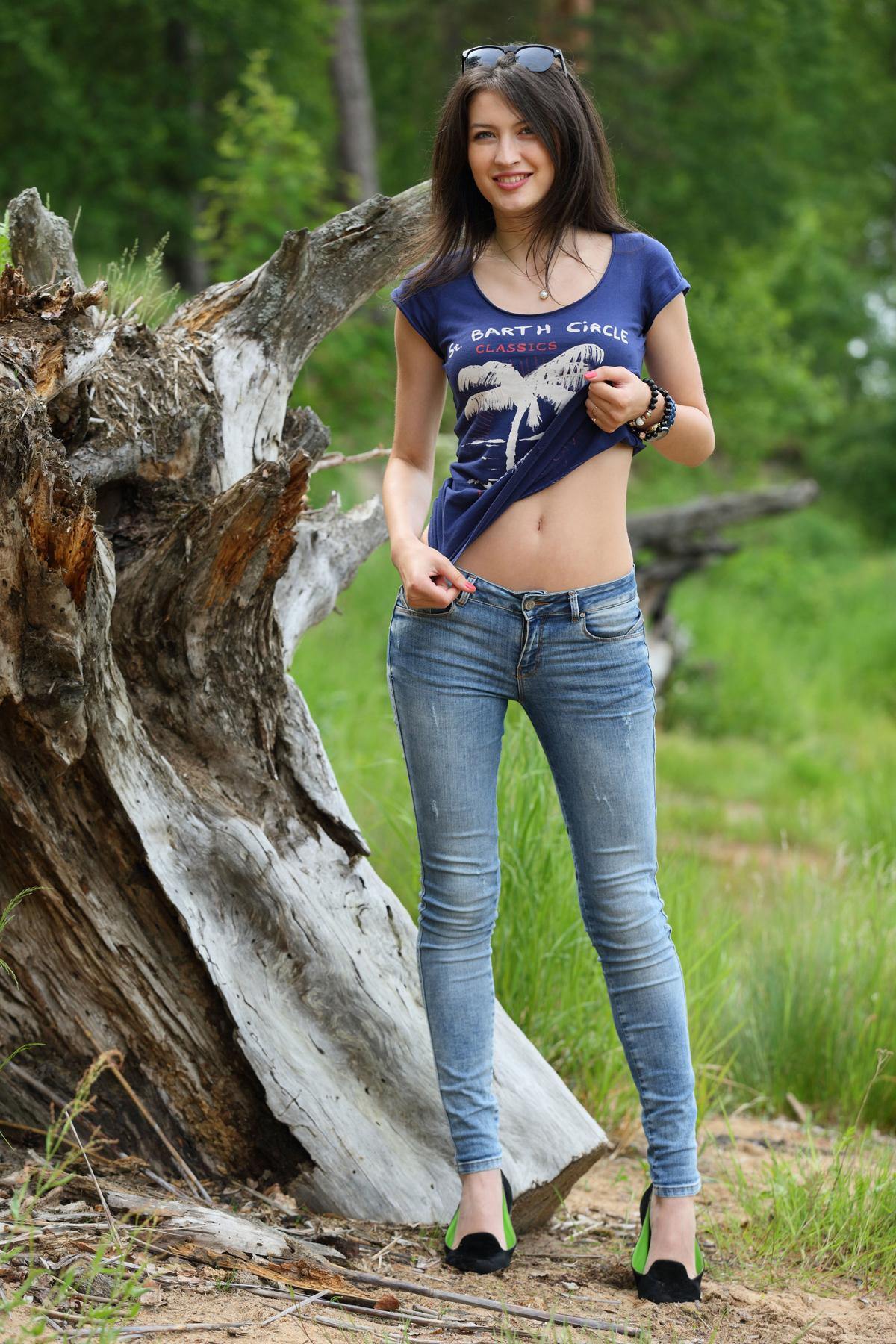 PHOTO   00 17 - Yummy Brunette Skinny Jeans Pics