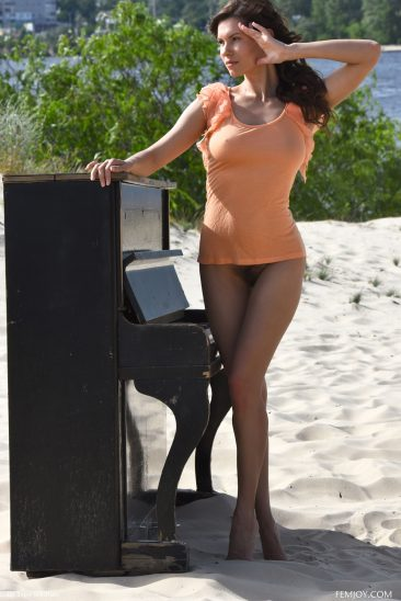 PHOTO   01 46 366x548 - Busty and Beautiful Susi R Play Me