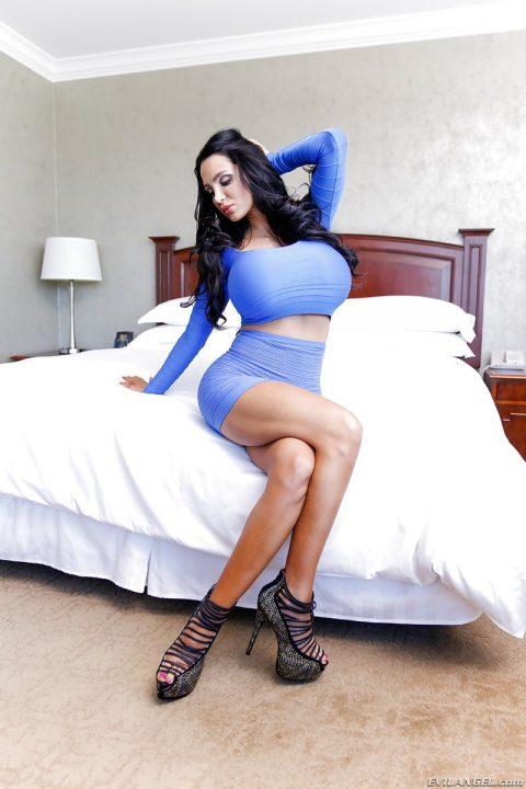 PHOTO | 00 78 480x720 - Amy Massive Fake Tits
