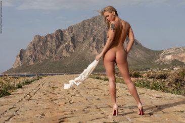 PHOTO | Darina 05 366x244 - Darina In The Promenade