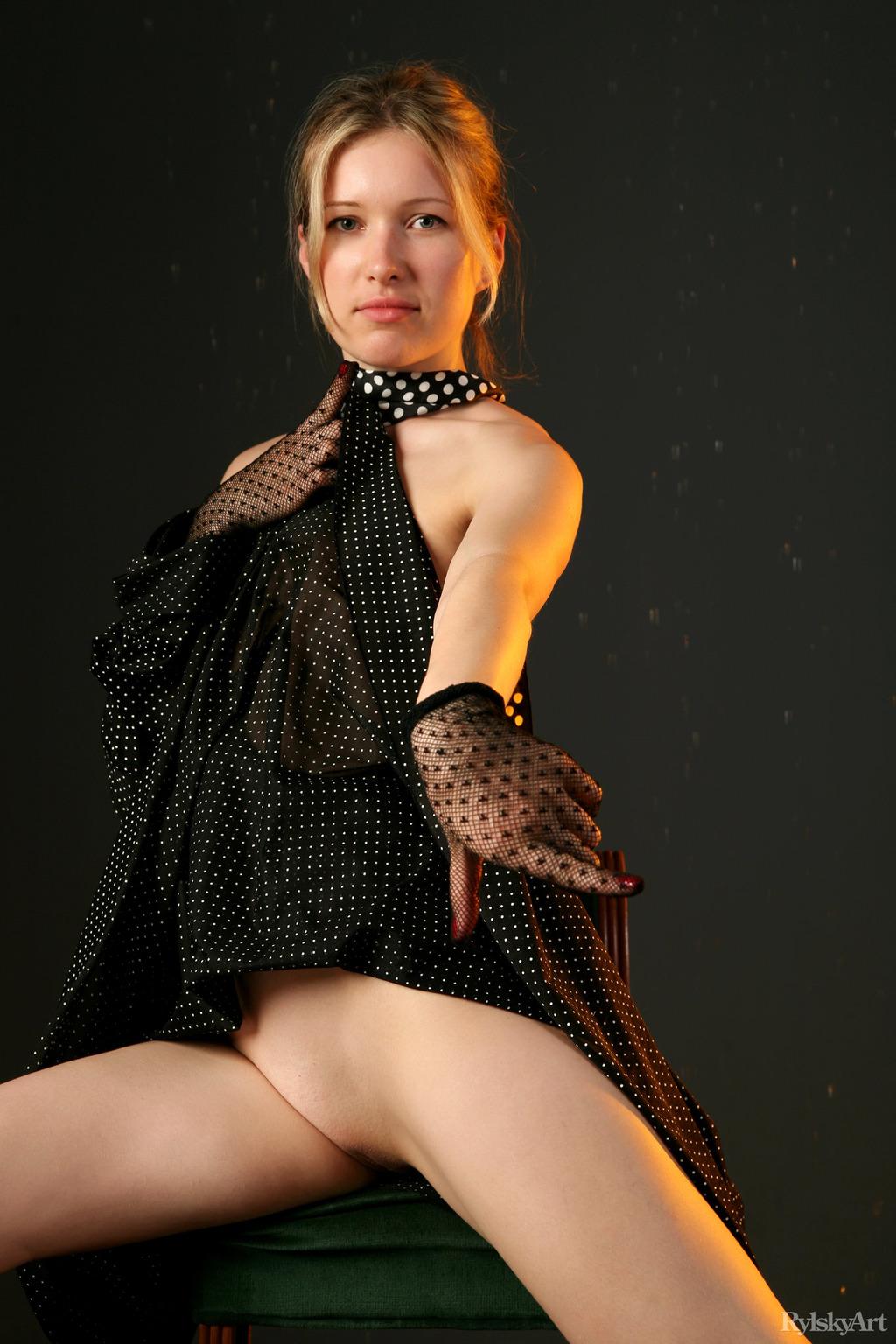 PHOTO | 00 9 - Sexy Odile Charmante Stripping In Studio