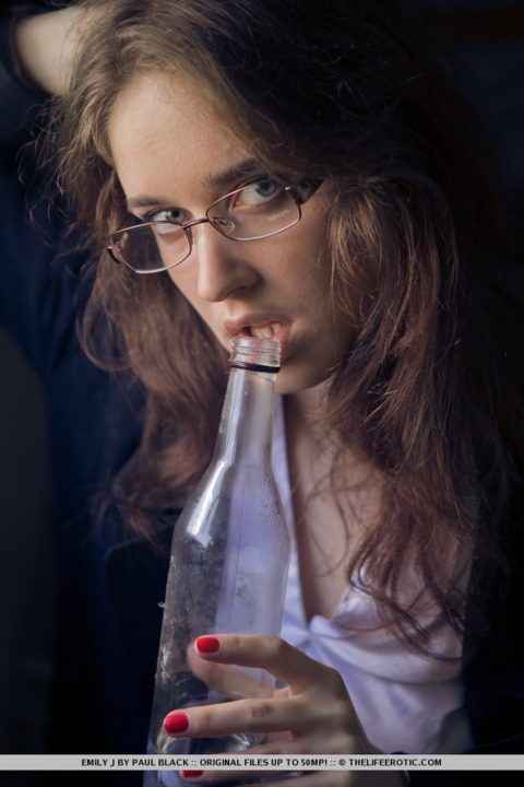 PHOTO | 00 45 480x720 - Horny Natural Babe in Glasses