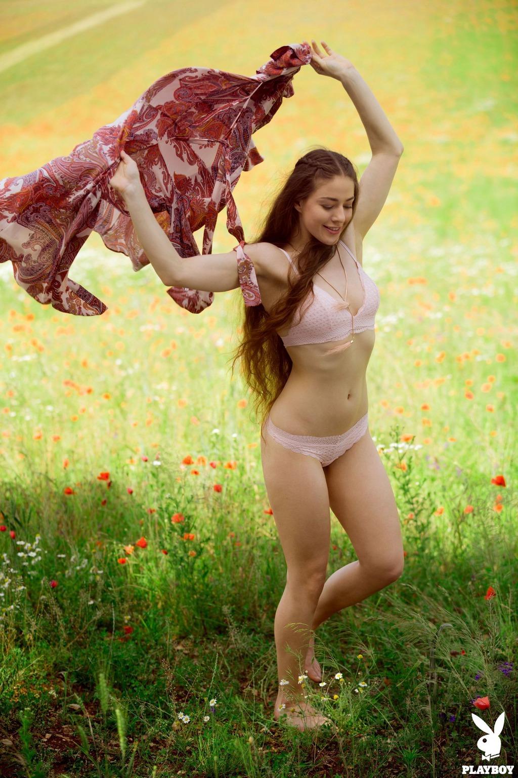 PHOTO | 00 23 - Hairy Joy Draiki Posing In The Field
