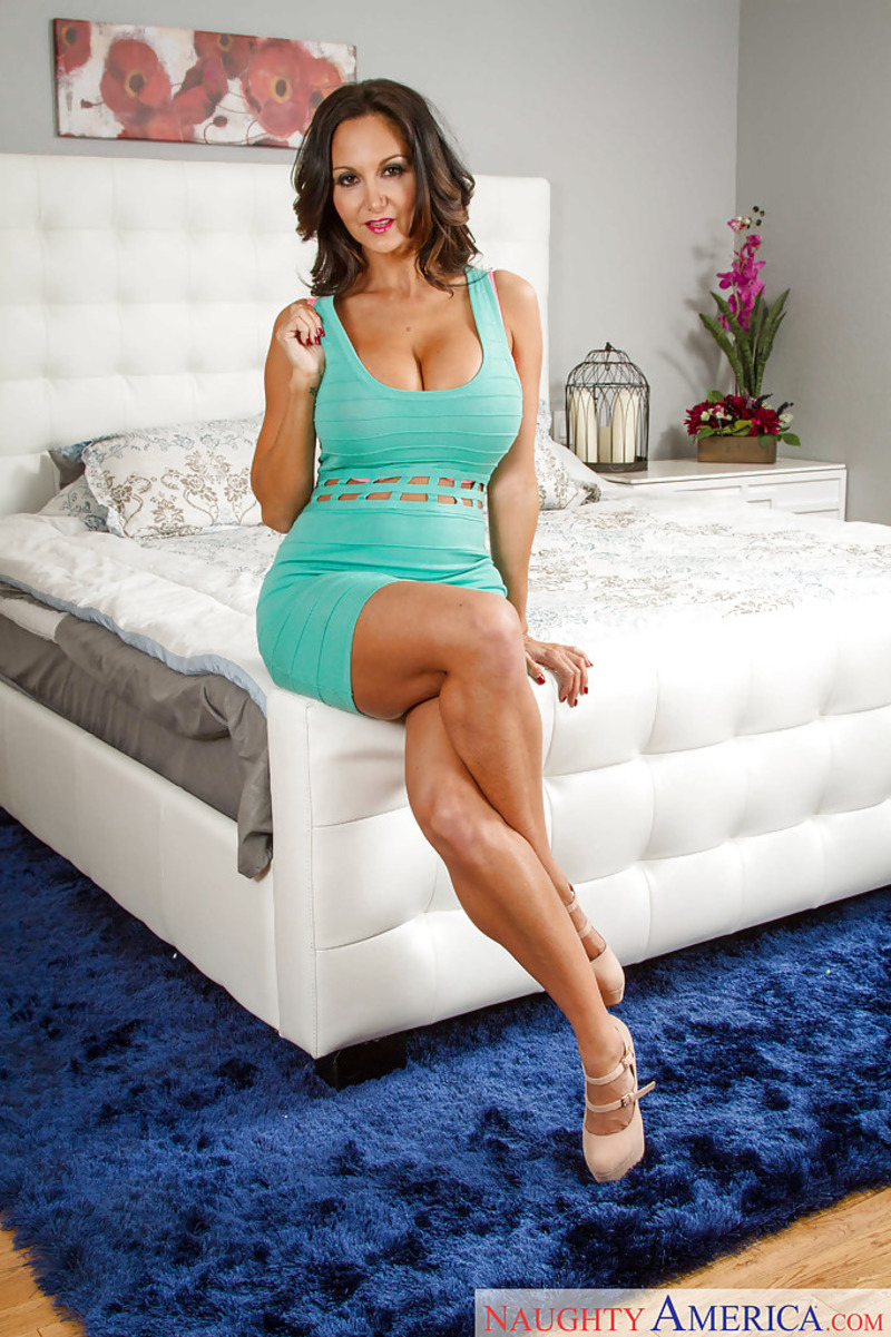 PHOTO | 00 325 - Ava Addams Demonstrates Her Naked Body On The Bed