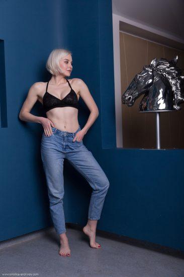 PHOTO   00 73 366x549 - Blonde Busty Natalie