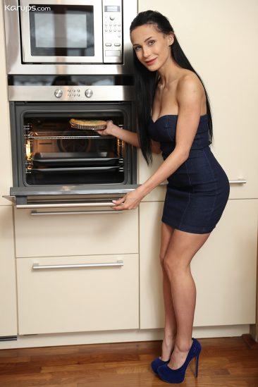 PHOTO | 00 43 366x549 - Nicole Love - Creampie in her Oven