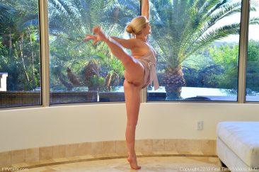 PHOTO   12 50 366x243 - Nikki Labia Stretching