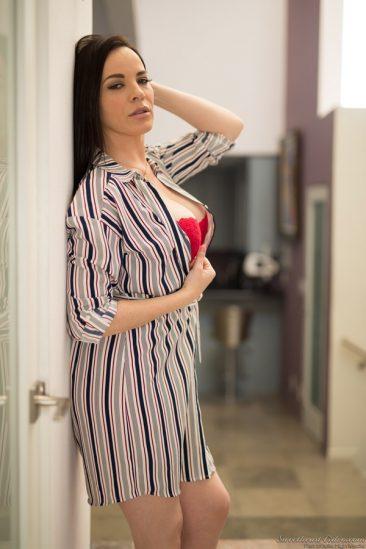 PHOTO   00 68 366x549 - Sexy Dana
