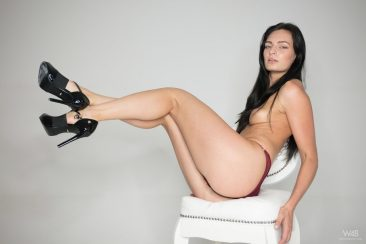 PHOTO   02 38 366x244 - Leanne Lase Shows Her Sexy Long Legs