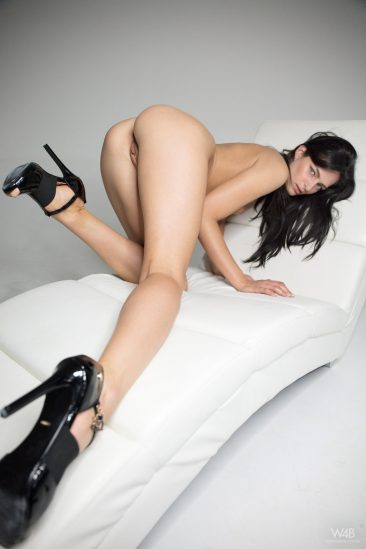 PHOTO   09 38 366x549 - Leanne Lase Shows Her Sexy Long Legs