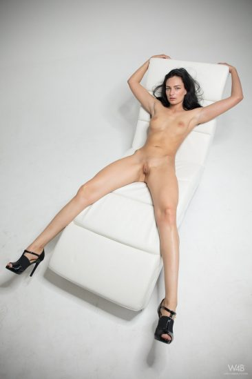 PHOTO   14 38 366x549 - Leanne Lase Shows Her Sexy Long Legs